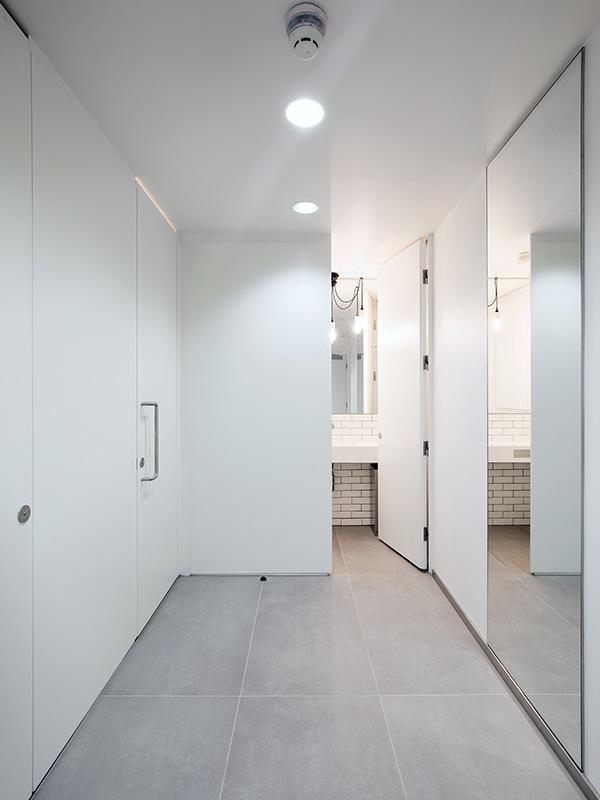 Shadbolt-white_laminated_washroom_cubicles installed_at_8_Devonshire_Square_London